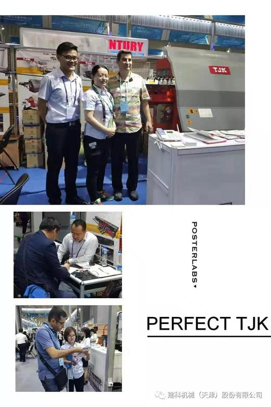 广州交易会建科机械销售人员与客户合影.jpg