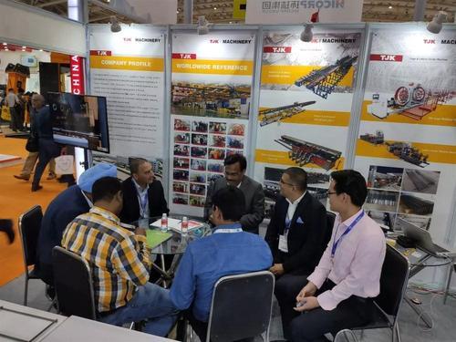 2019第十届印度国际工程机械展建科机械销售人员与客户交谈.jpg